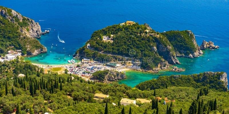 Panoramautsikt av Palaiokastritsa, fartyg och stranden Korfu, Grekland arkivfoto
