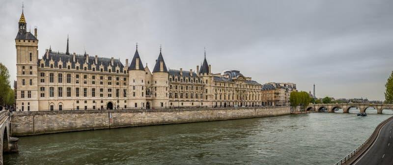 Panoramautsikt av Palaisen de la Cité, tidigare fängelse i Paris royaltyfri bild