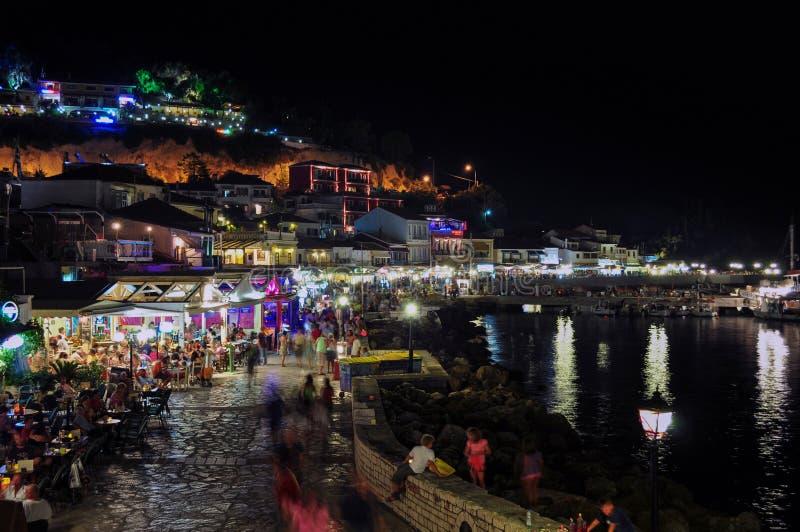 Panoramautsikt av Parga vid natt, Epirus - Grekland royaltyfri fotografi