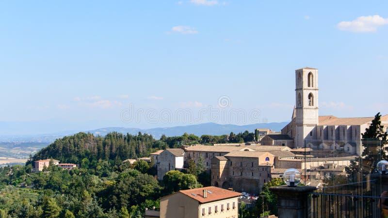 Panoramautsikt av Perugia Italien med bassilicaen San Domenico arkivfoton