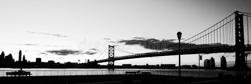 Panoramautsikt av Philadelphia med perspektivet av Delaware River och historiska Ben Franklin Bridge royaltyfri foto