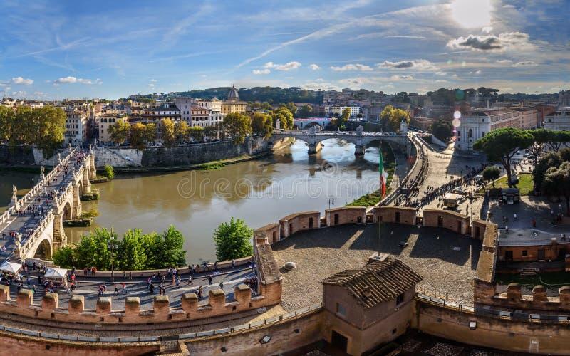 Panoramautsikt av Ponte Sant 'Angelo eller Aelian bro från Castel Sant 'Angelo eller slott av den heliga ängeln i Rome italy arkivfoton