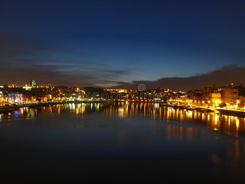 Panoramautsikt av Porto från den Luis I bron på natten arkivfoton