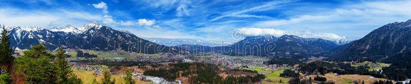 Panoramautsikt av Reutte med fjällängar och moln, hög upplösningsbild Fjällängar Tyrol, Österrike arkivbilder