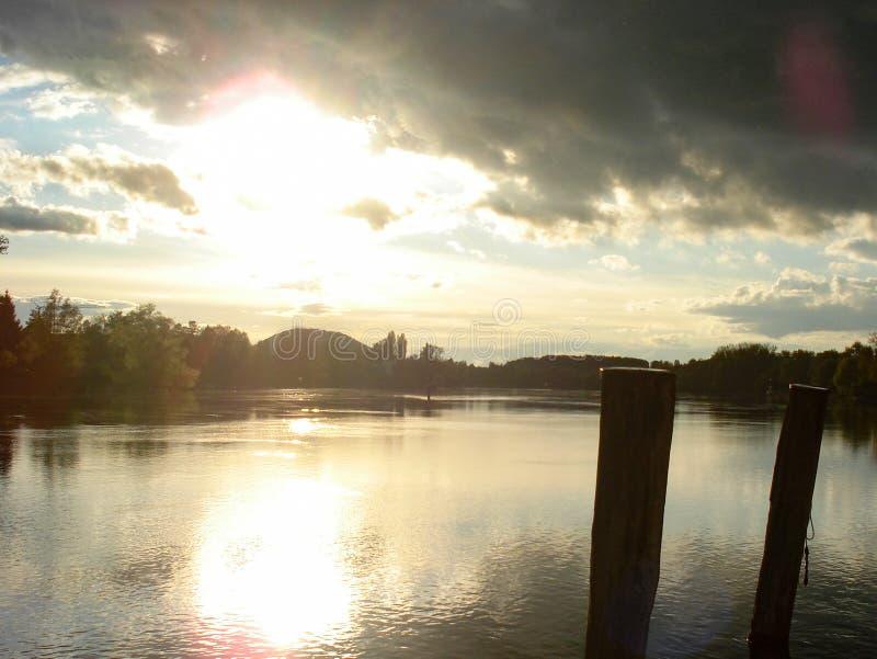 Panoramautsikt av Rhinet River som förbiser kusten i den härliga turist- byn av Stein am Rhein i Tyskland Solnedg?ngsikt arkivbild