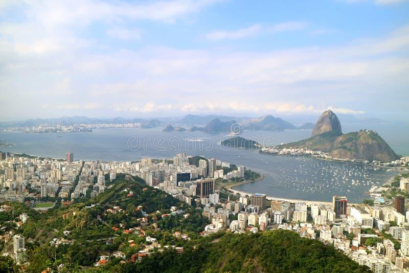 Panoramautsikt av Rio de Janeiro i en molnig dag med det Sugarloaf berget som ses från den Corcovado kullen, Brasilien arkivbilder