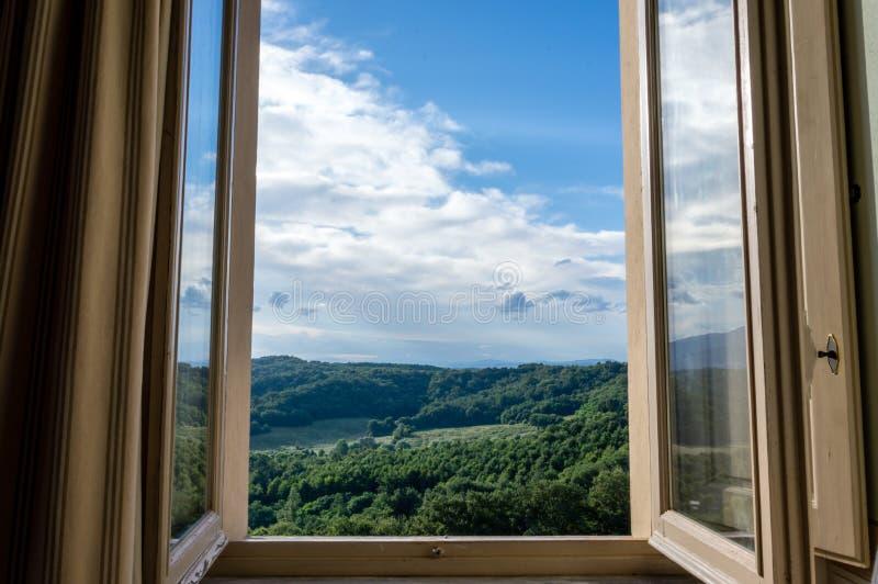Panoramautsikt av Rollinget Hills av Chianti till och med ett fönster i otta royaltyfri bild