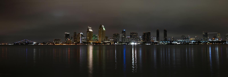 Panoramautsikt av San Diego horisont på natten fotografering för bildbyråer