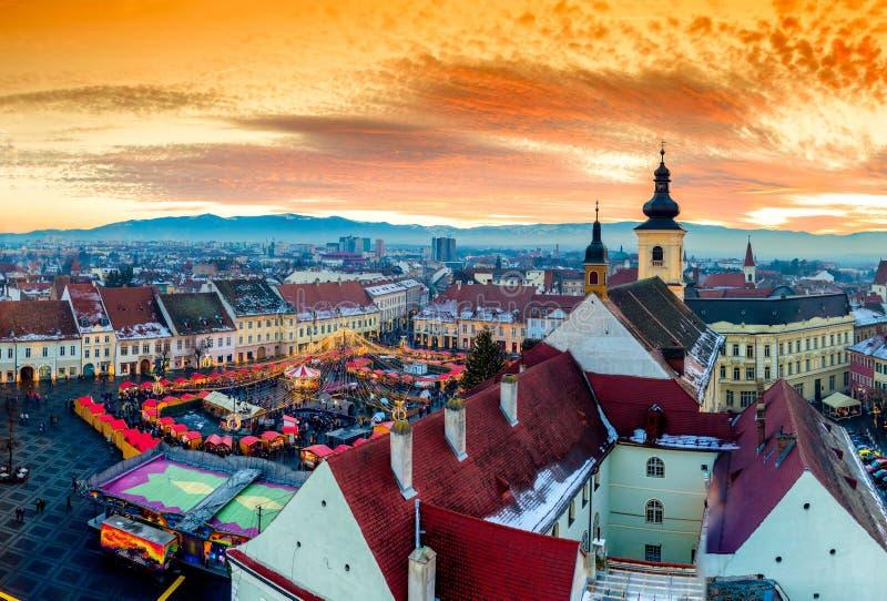 Panoramautsikt av Sibiu den centrala fyrkanten i Transylvania, Rumänien arkivfoton