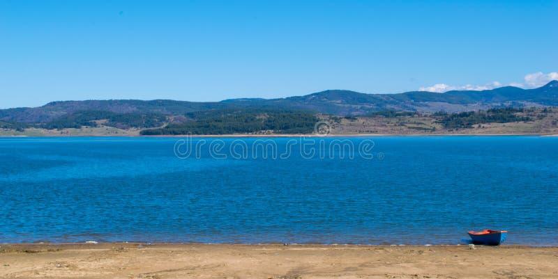 Panoramautsikt av sjön Batak Pazardzhik, Bulgarien royaltyfri bild