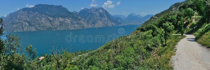 Panoramautsikt av sjön Garda arkivfoton