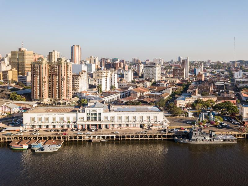 Panoramautsikt av skyskrapahorisont av latinskt - amerikansk huvudstad av Ciudad de Asuncion Paraguay och invallning av den Parag royaltyfri foto