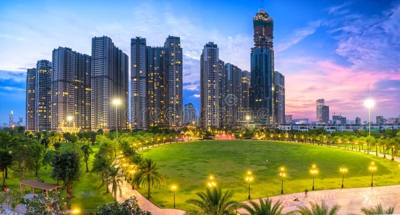 Panoramautsikt av skyskrapor på natten med många mousserande ljus royaltyfri bild