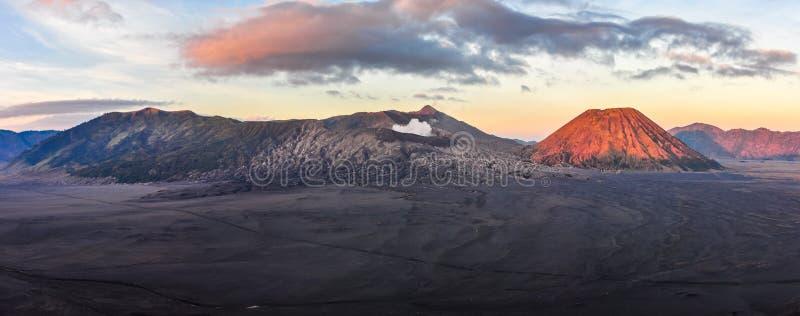Panoramautsikt av soluppgång i monteringen Bromo, Indonesien arkivbilder