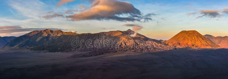 Panoramautsikt av soluppgång i monteringen Bromo, Indonesien royaltyfria bilder