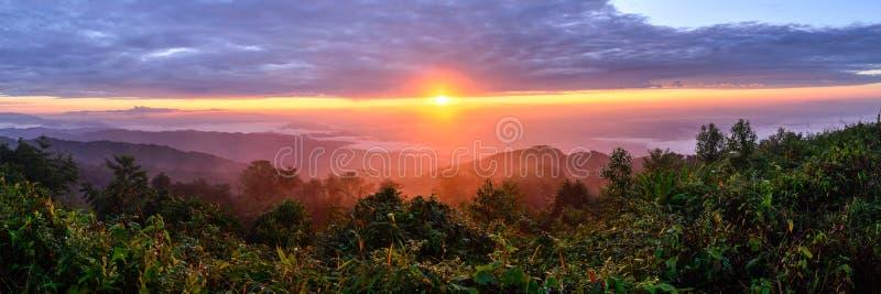 Panoramautsikt av soluppgång med mist och berget på Doi Pha Hom Pok, det andra högsta berget i Thailand, Chiang Mai, Thailand arkivfoto
