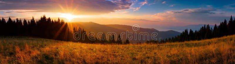 Panoramautsikt av soluppgången i de Tatra bergen royaltyfri bild