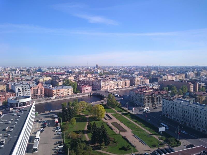 Panoramautsikt av St Petersburg, surrfoto, sommardag arkivbild
