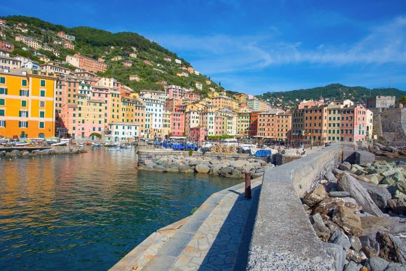 Panoramautsikt av staden av Camogli, Genoa Province, Liguria, medelhavs- kust, Italien arkivbilder