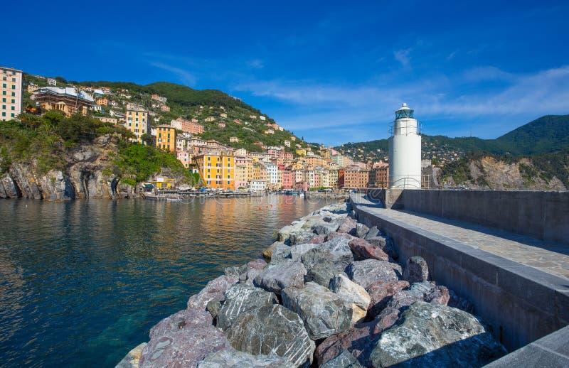 Panoramautsikt av staden av Camogli med fyren, Genoa Province, Liguria, medelhavs- kust, Italien royaltyfri foto