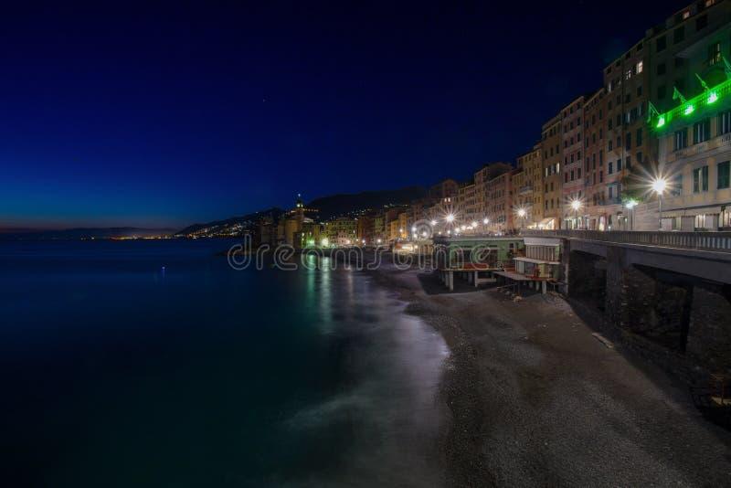 Panoramautsikt av staden av Camogli vid natt, Genoa Genova Province, Liguria, medelhavs- kust, Italien royaltyfri bild