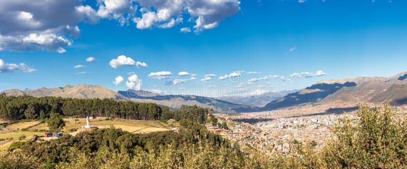 Panoramautsikt av staden av Cusco från Sacsayhuamanen Inca Archaeological Site i Peru, Sydamerika arkivbild