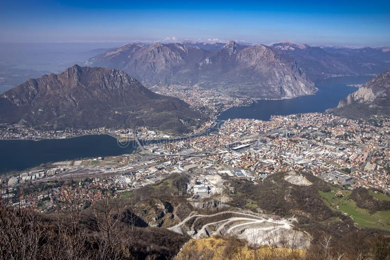 Panoramautsikt av staden för sjö Como och Lecco, Italien fotografering för bildbyråer