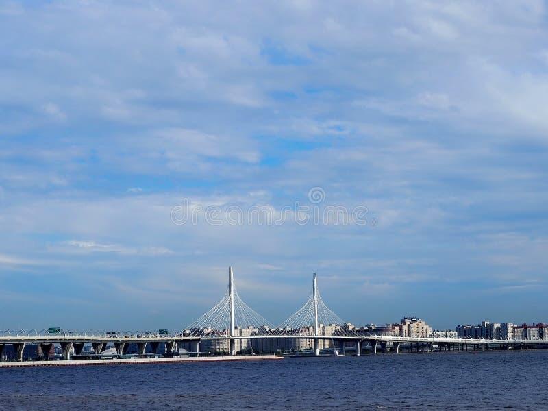 Panoramautsikt av staden från vattnet royaltyfri bild
