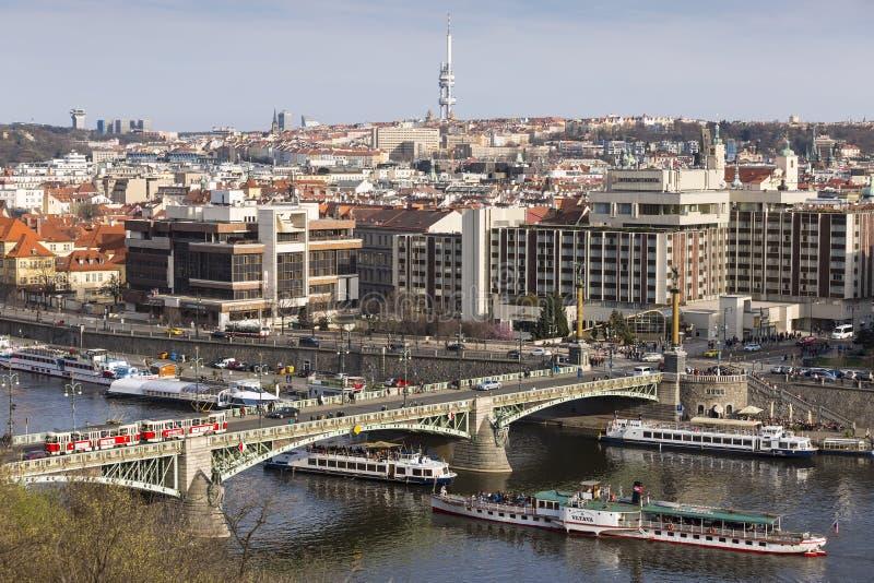 Panoramautsikt av staden med den Vltava floden, den tjeckiska bron, den Dvorak invallningen, den gamla och nya staden och det Ziz fotografering för bildbyråer