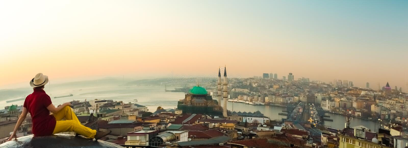 Panoramautsikt av staden på soluppgång med den krökta horisonten royaltyfri bild