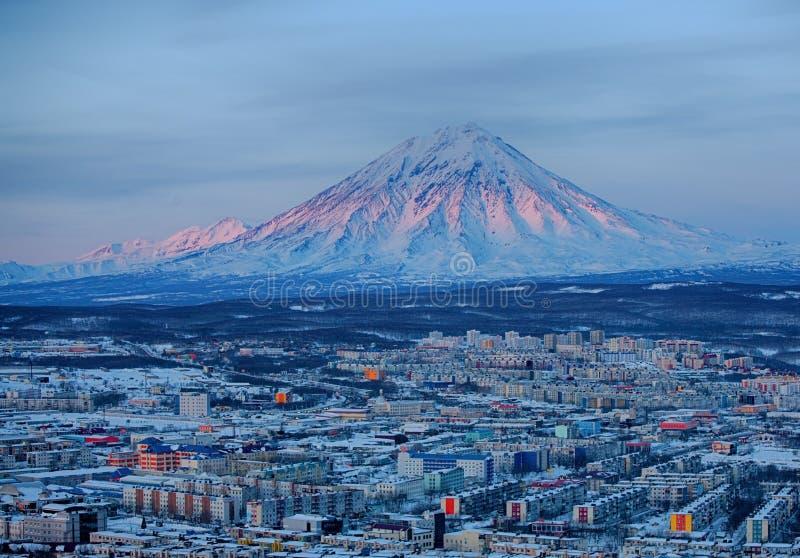 Panoramautsikt av staden Petropavlovsk-Kamchatsky och vulkan royaltyfria foton