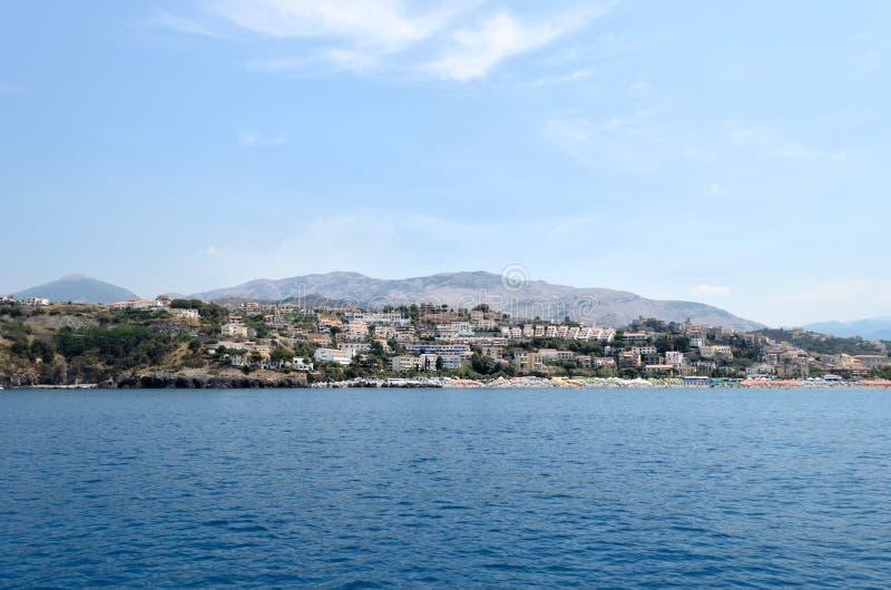 Panoramautsikt av staden av Scalea, Calabria, söder av Italien arkivbild