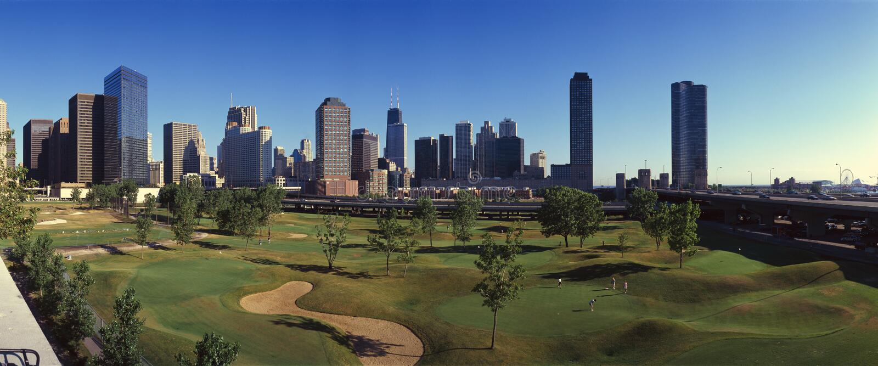Panoramautsikt av stadshorisonten från den tunnelbanagolfIllinois mitten, IL arkivbild