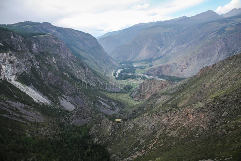 panoramautsikt av steniga berg och himmel, royaltyfri bild