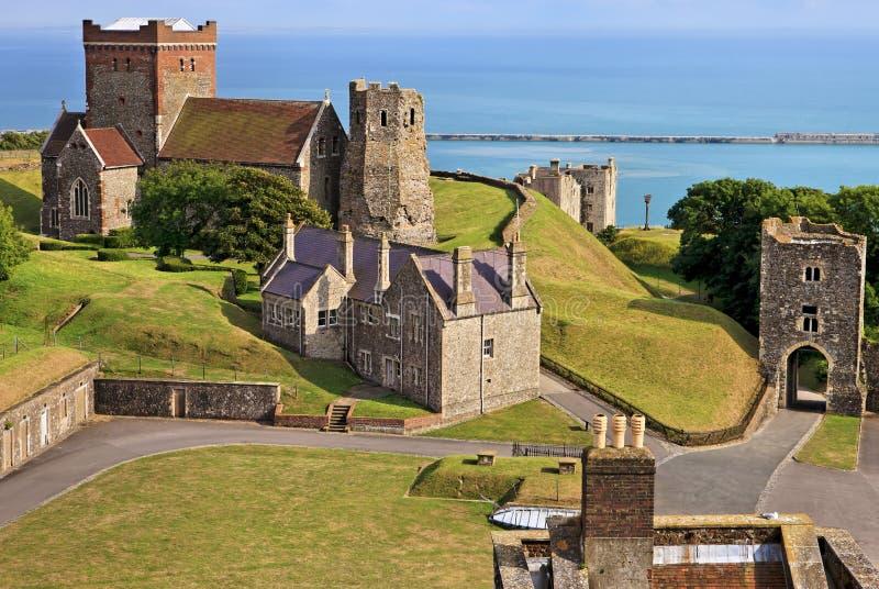 Panoramautsikt av Stet Mary i den Castro kyrkan i jordningen av Dover Castle i England royaltyfri bild