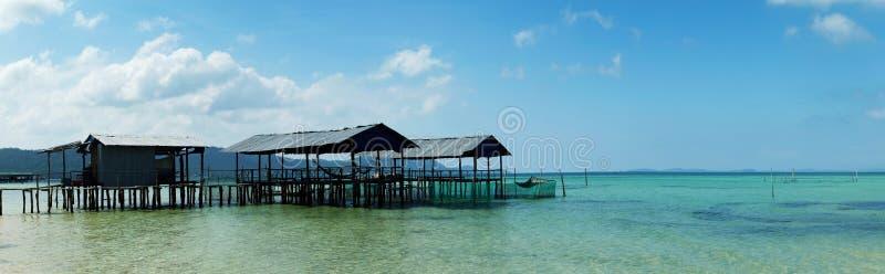 Panoramautsikt av styltahus över det klara blåa vattnet Phu Quoc ö, Vietnam arkivbild