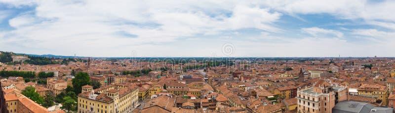 Panoramautsikt av sydost av staden av Verona från det Lamberti tornet royaltyfri bild