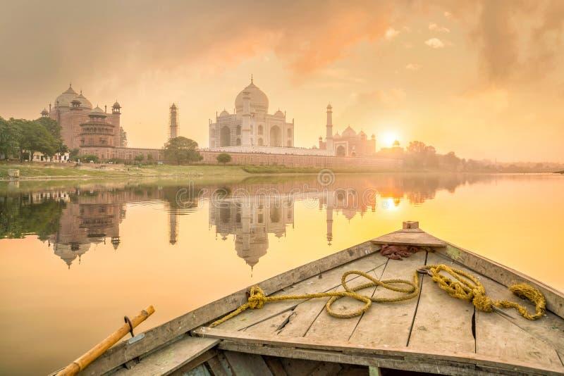 Panoramautsikt av Taj Mahal på solnedgången royaltyfri fotografi