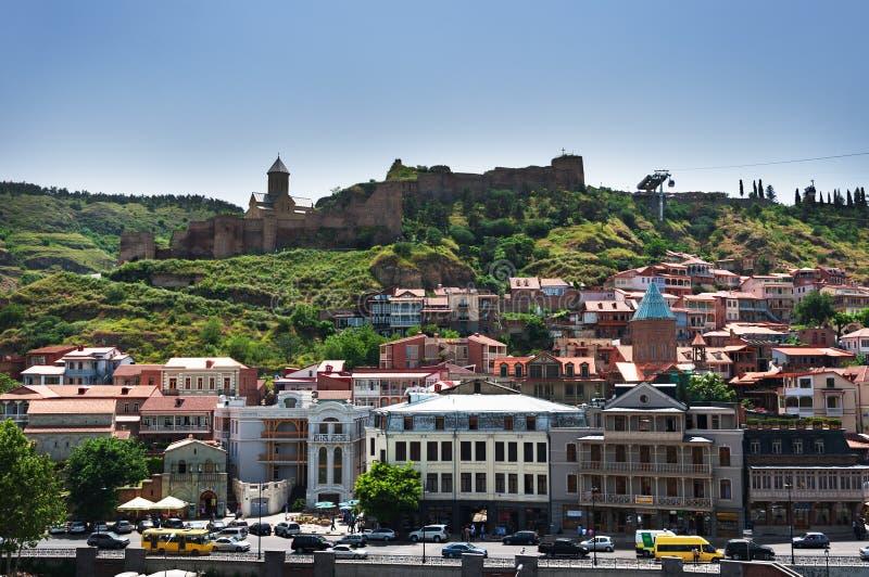 Panoramautsikt av Tbilisi den gamla staden med den Narikala f?stningen, Georgia arkivfoton