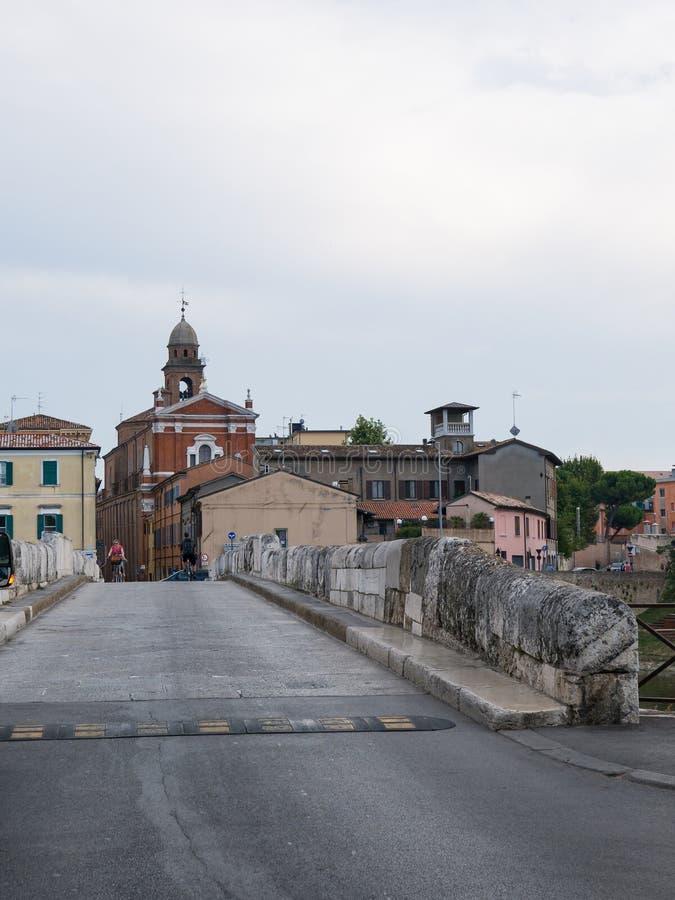 Panoramautsikt av Tiberius Bridge Tiberius Bridge i Rimini royaltyfri bild