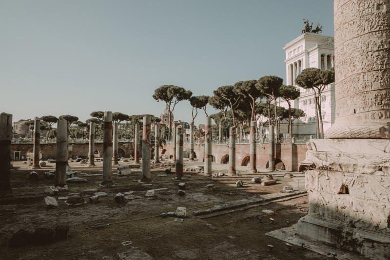 Panoramautsikt av Trajans forum och kolonn i Rome royaltyfri fotografi