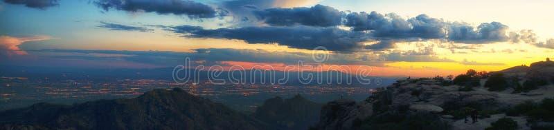 Panoramautsikt av Tucson på solnedgången royaltyfria foton