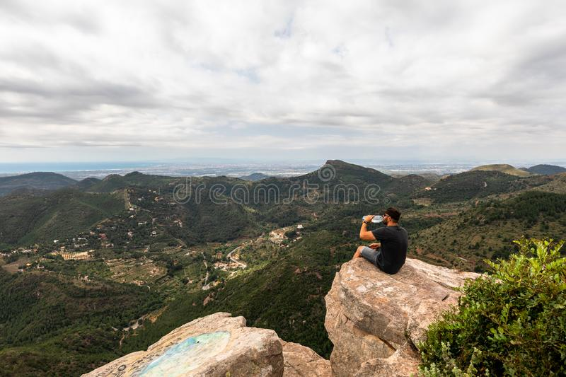 Panoramautsikt av turisten på bergmaximum arkivfoto