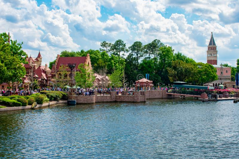 Panoramautsikt av Tyskland och Italien paviljonger p? bakgrund f?r molnig himmel p? Epcot i Walt Disney World royaltyfria foton