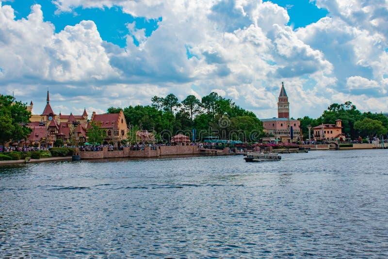 Panoramautsikt av Tyskland och Italien paviljonger p? molnig bakgrund f?r lightblue himmel p? Epcot i Walt Disney World arkivbilder