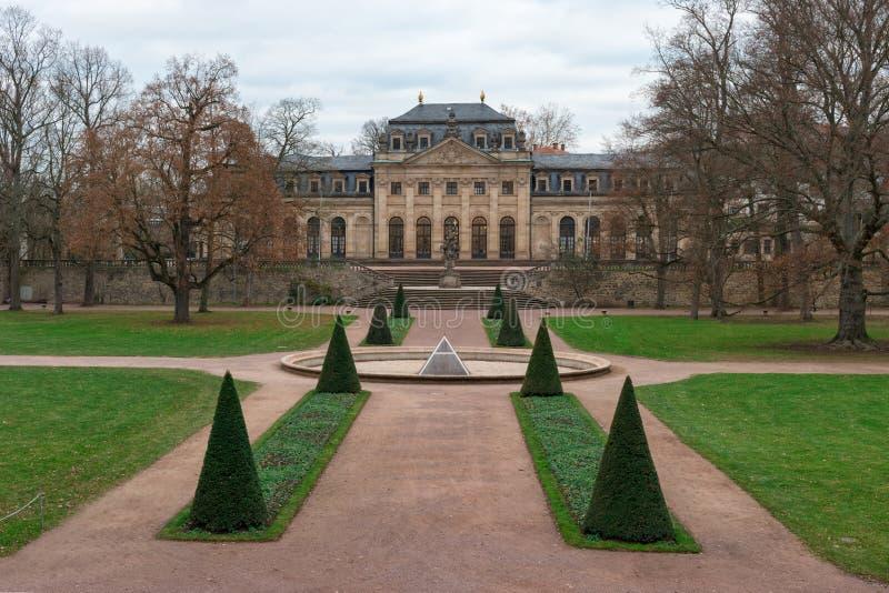 Panoramautsikt av uppehållträdgården, Orangerien och Flora Vase av den Fulda Hessen, Tyskland arkivbilder