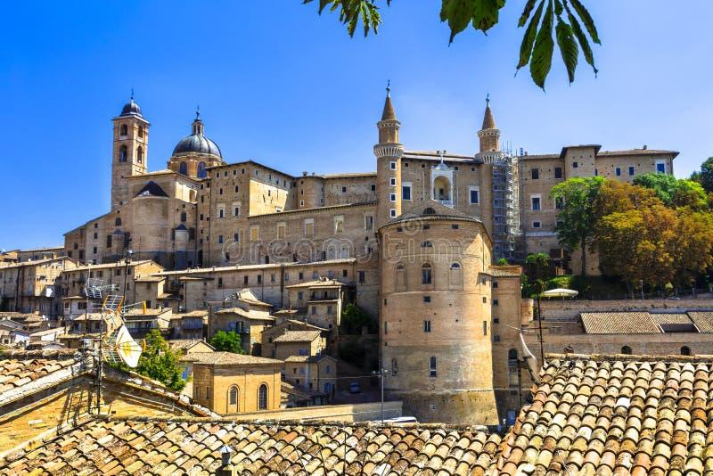 Panoramautsikt av Urbino, Marche italy royaltyfria foton