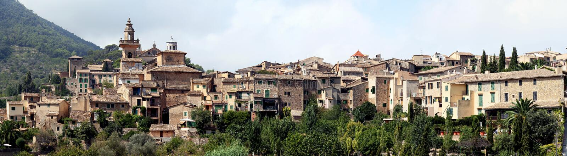 Panoramautsikt av Valdemossa, Majorca, Spanien arkivfoto