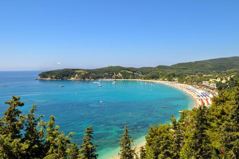 Panoramautsikt av Valtos strand en av de längsta stränderna av Parga, Grekland arkivbilder