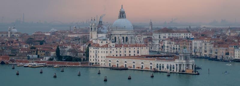 Panoramautsikt av Venedig horisont på skymning på en klar dag som visar basilikadina Santa Maria della Salute och Grand Canal arkivbilder